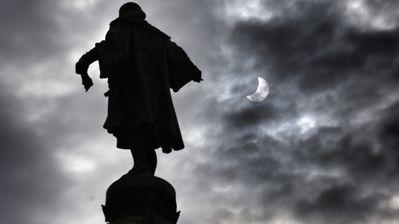 L'eclipsi parcial de sol, vist al costat de l'estàtua de Colom, a Barcelona / PERE VIRGILI
