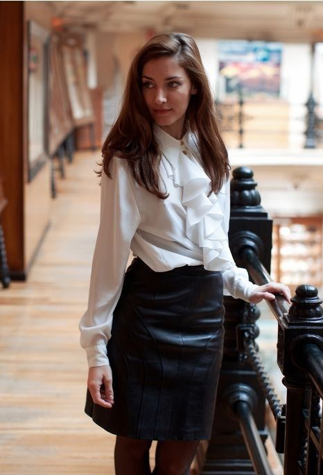 Lederrock kombinieren: schwarzer kurzer Lederrock + weiße