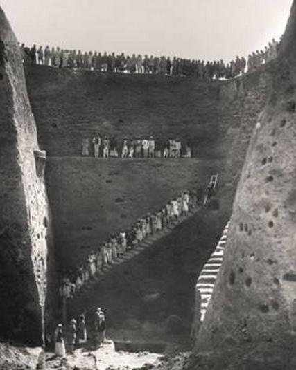الحفرة التي قادت ليونارد وولي الى اكتشاف المقبرة الملكية  في اور سنة 1922 - 1933