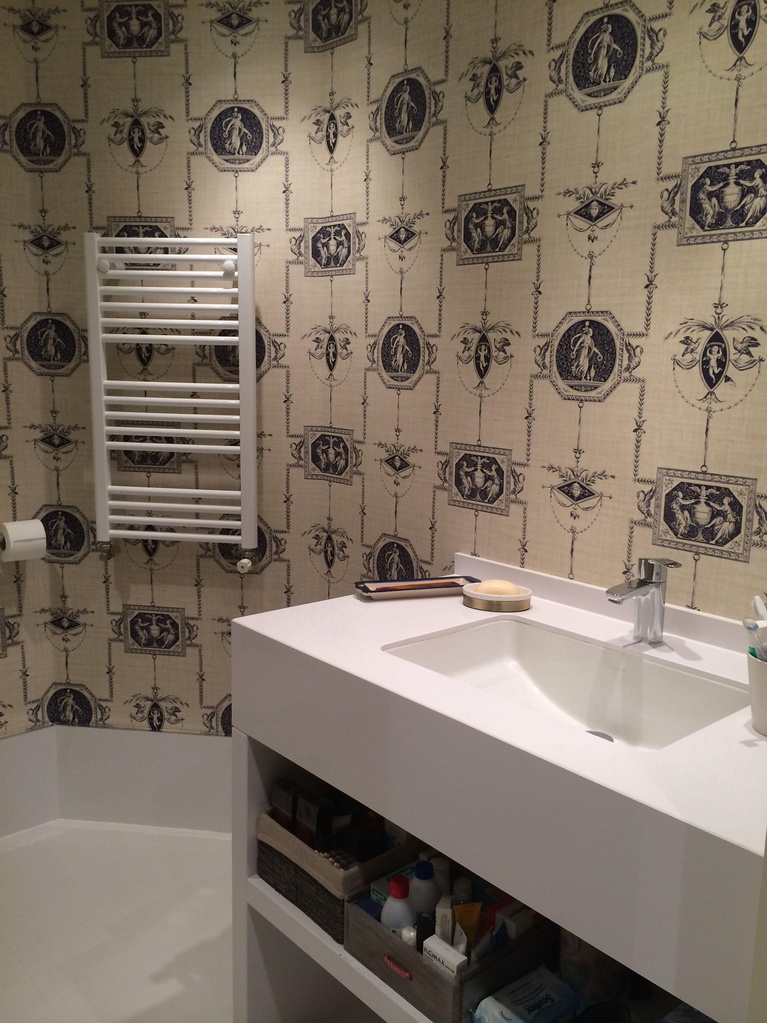 Cuarto de baño con Encimera de Silestone y papel pintado ...