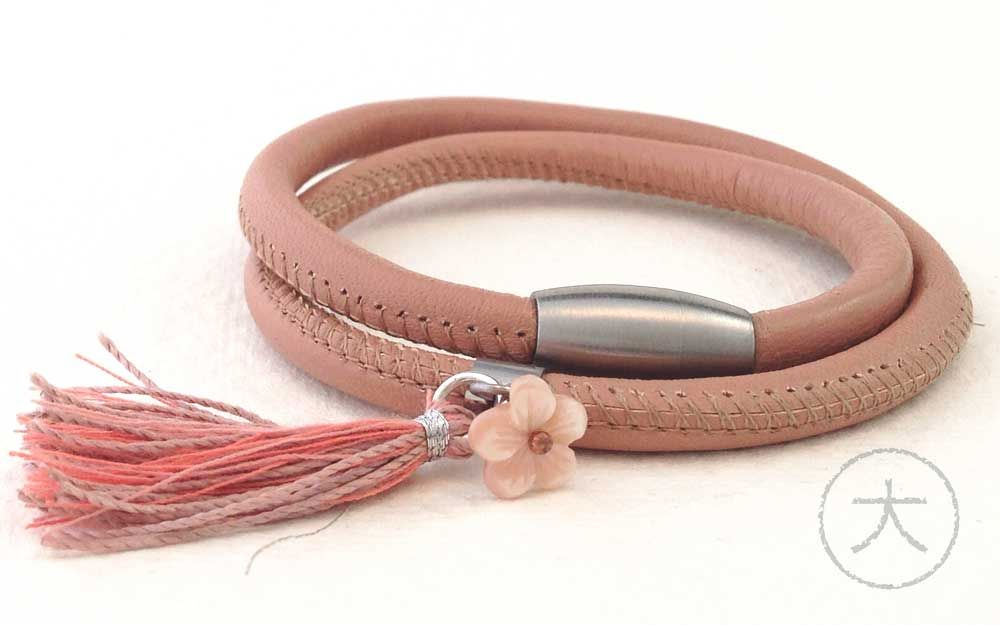 A silky smooth nappa leather double bracelet in a beautiful nude color. With a magnetic closure - wonderful for hasty mornings - a beautiful crafted pink MOP flower and a handmade tassel in the same color grades. Easy and comfortable to wear and stunning understated chic! € 36,- via www.hellodai.nl