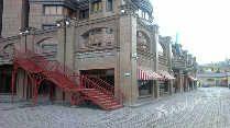 Фасад с угла кафе Ajuor лестница