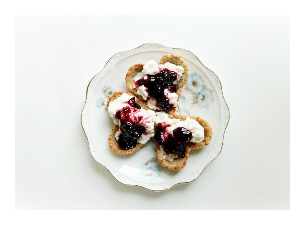 Mandelmusslor med cheesecakekräm & sura-körsbärsmarmelad