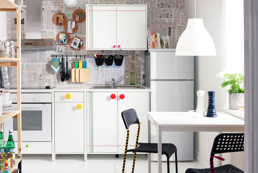 Kreativ gestaltete Küche mit FYNDIG Wand- und Unterschränken in Weiß ...