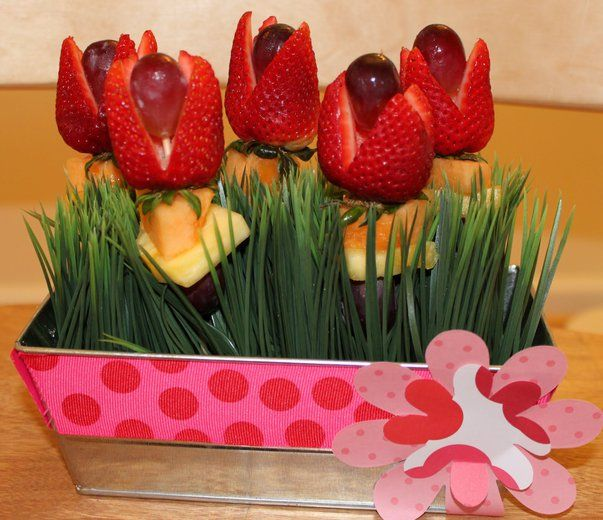 Wnetrza Kwiaty Z Warzyw I Owocow Te Cudenka Moga Sluzyc Jako Dekoracja Do Kuchni I Na Stol Garden Theme Birthday Strawberry Flower Garden Birthday