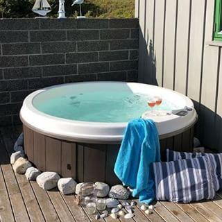 """Photo of VikingBad on Instagram: """"Se så hyggelige det er blitt på hytta til @trinemaris! Tusen takk for at du deler dine bilder med oss!  #vikingbad """"boblebad #jacuzzi…"""""""