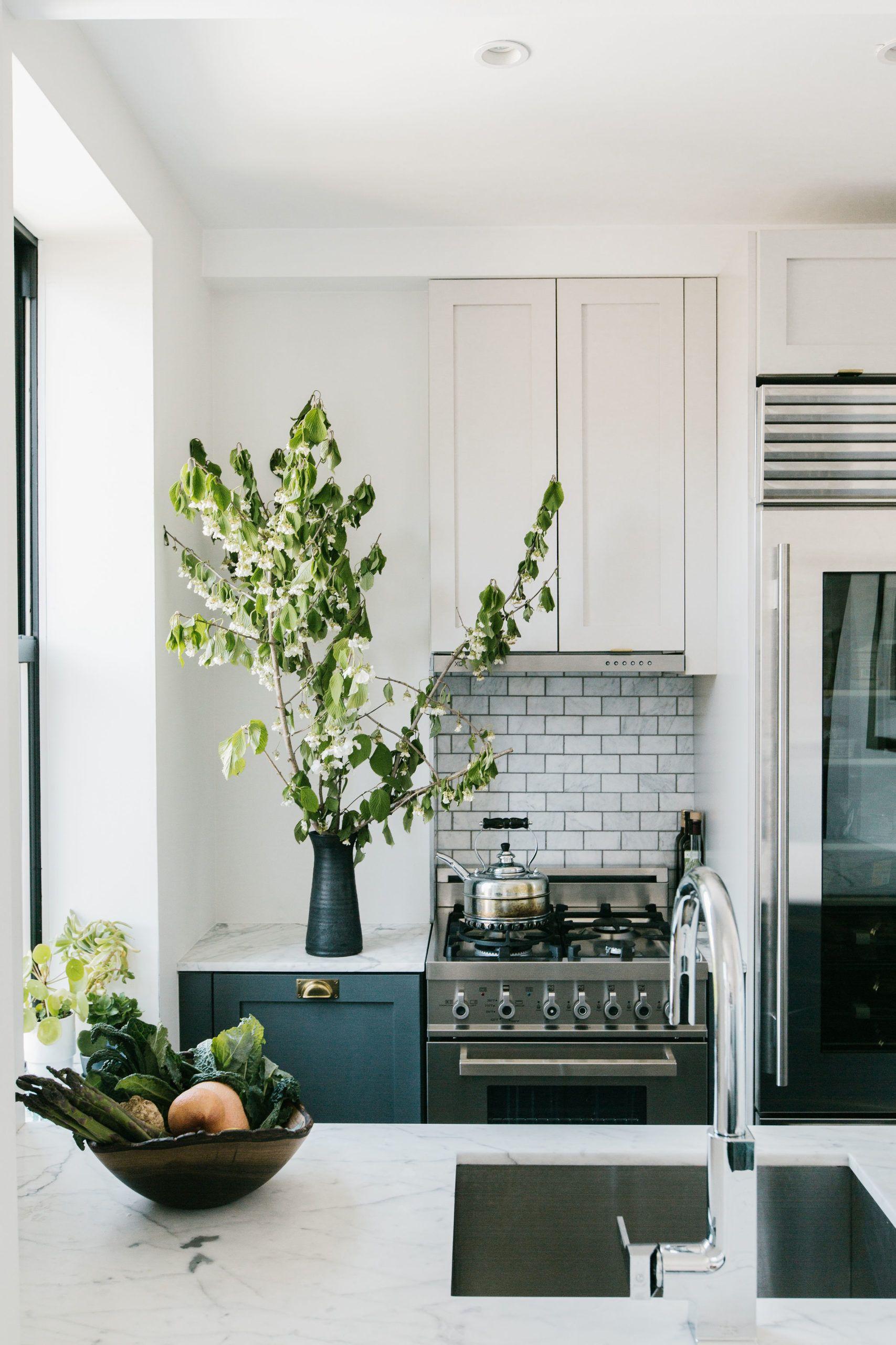 Margaret Costello S Pied A Terre In New York City Rue City Apartment Decor Kitchen New York Apartment Kitchen