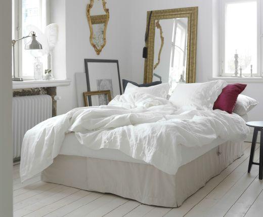 S jour clair avec canap convertible beige transform en lit double garni de linge de lit blanc - Lit transforme en canape ...