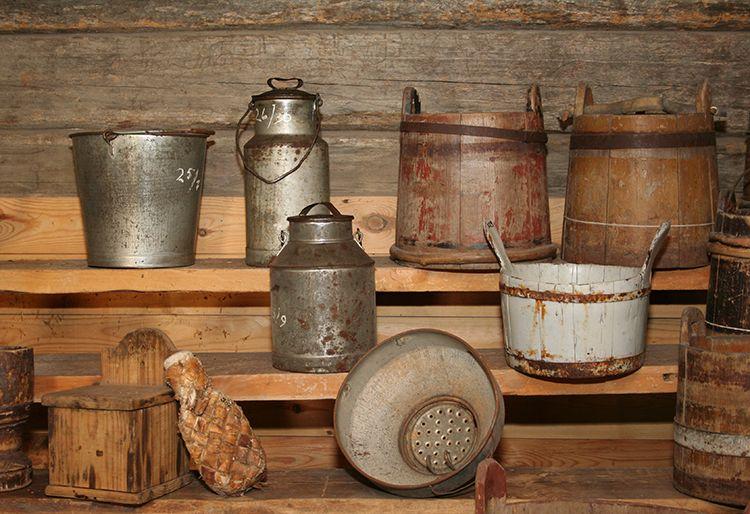 Museosta löytyy paljon arkiesineistöä. Pääläreitä käytettiin maidon kuljetukseen. Oulu (Finland)