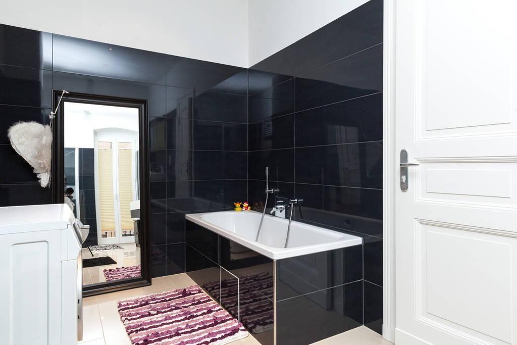 luxeriöses badezimmer mit schwarzen fliesen, weißen möbeln und, Hause ideen