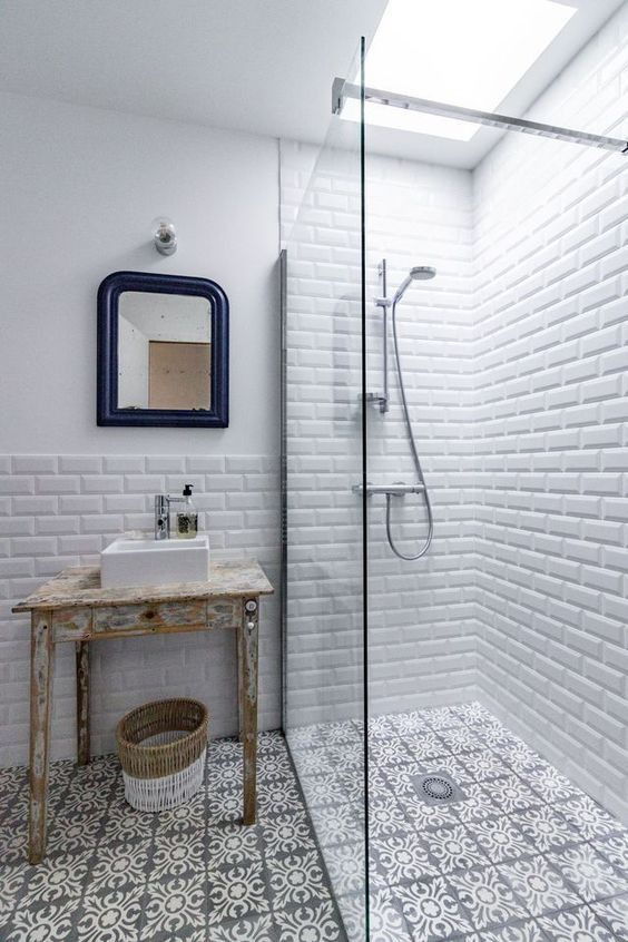 idee decoration salle de bain carrelage metro et carreaux de ciment se subliment dans les salles de bains