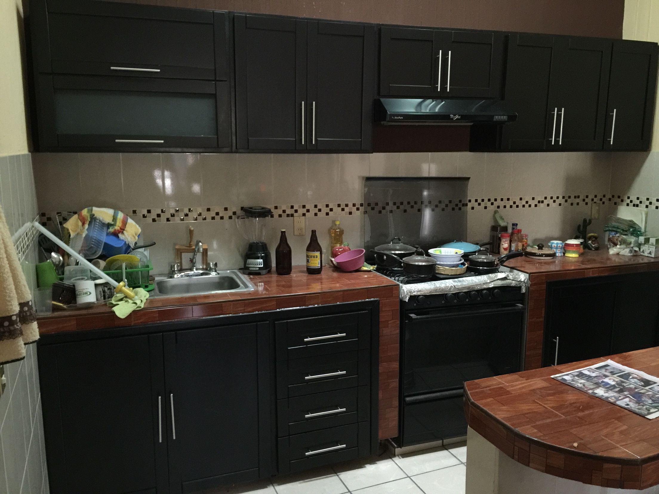 Cocina integral en madera de cedro color chocolate for Cocinas modernas color madera