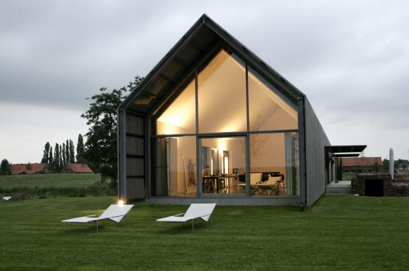 Een prachtig gerenoveerde hoeve in een modern stijl schuur