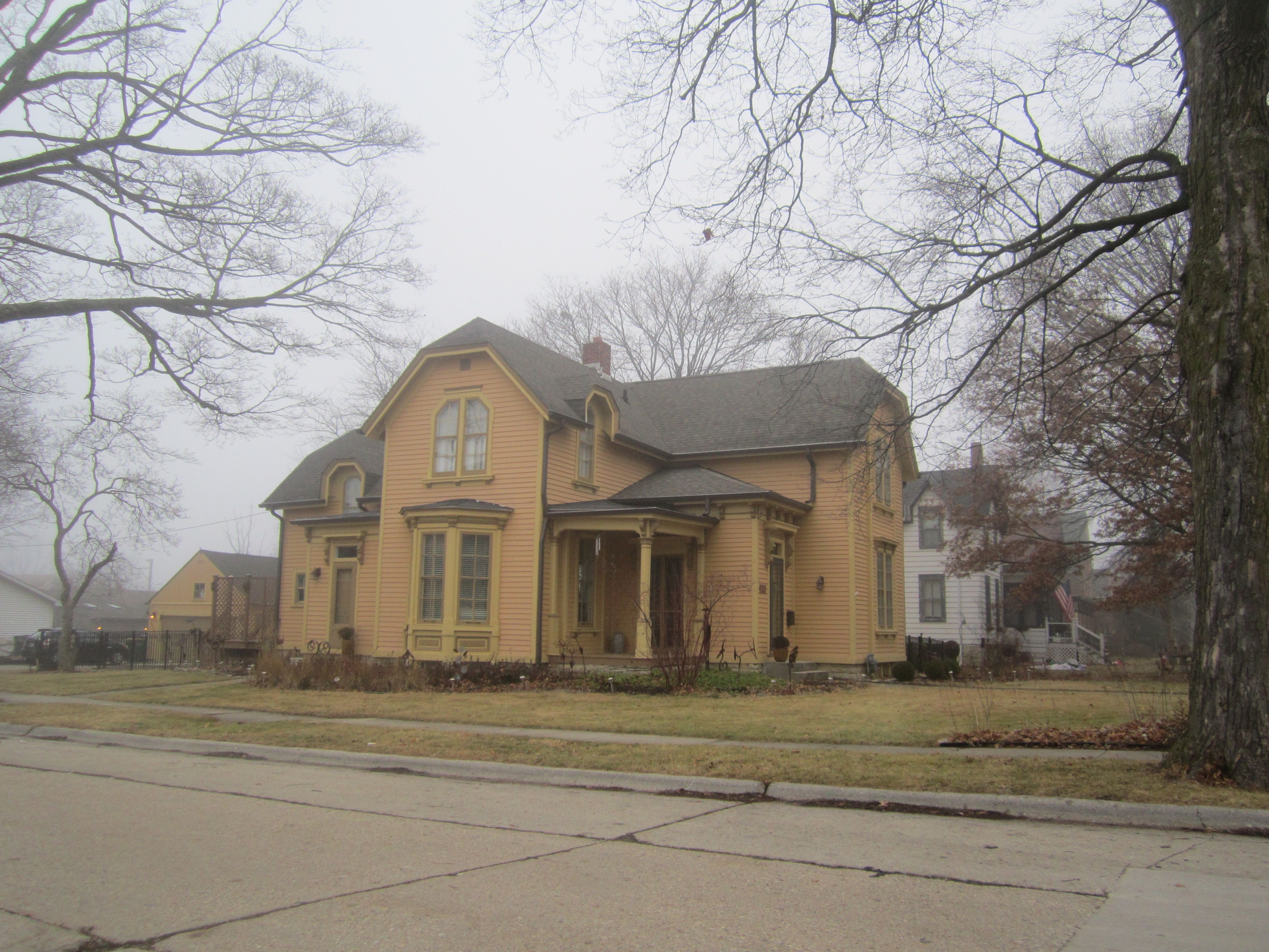 The 1867 Willard House Features The Distinctive Jerkin Roof Basically A Combination Of The Simple Gable Roof And The Hip Hip Roof Gable Roof Sycamore Illinois