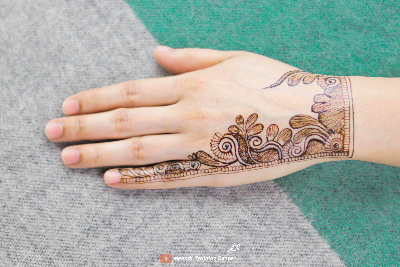 نقش الحناء باليد على الطريقة العربية تصميم الحناء للفتيات العربيات الجميلات على الطراز العربي Henna Designs Easy Henna Hand Tattoo Mehndi Designs