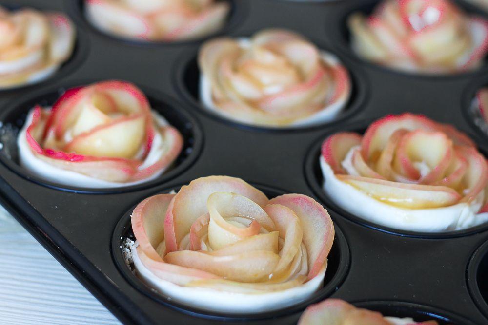 Leckere Apfel-Rosen Muffins mit Blätterteig und Marmelade