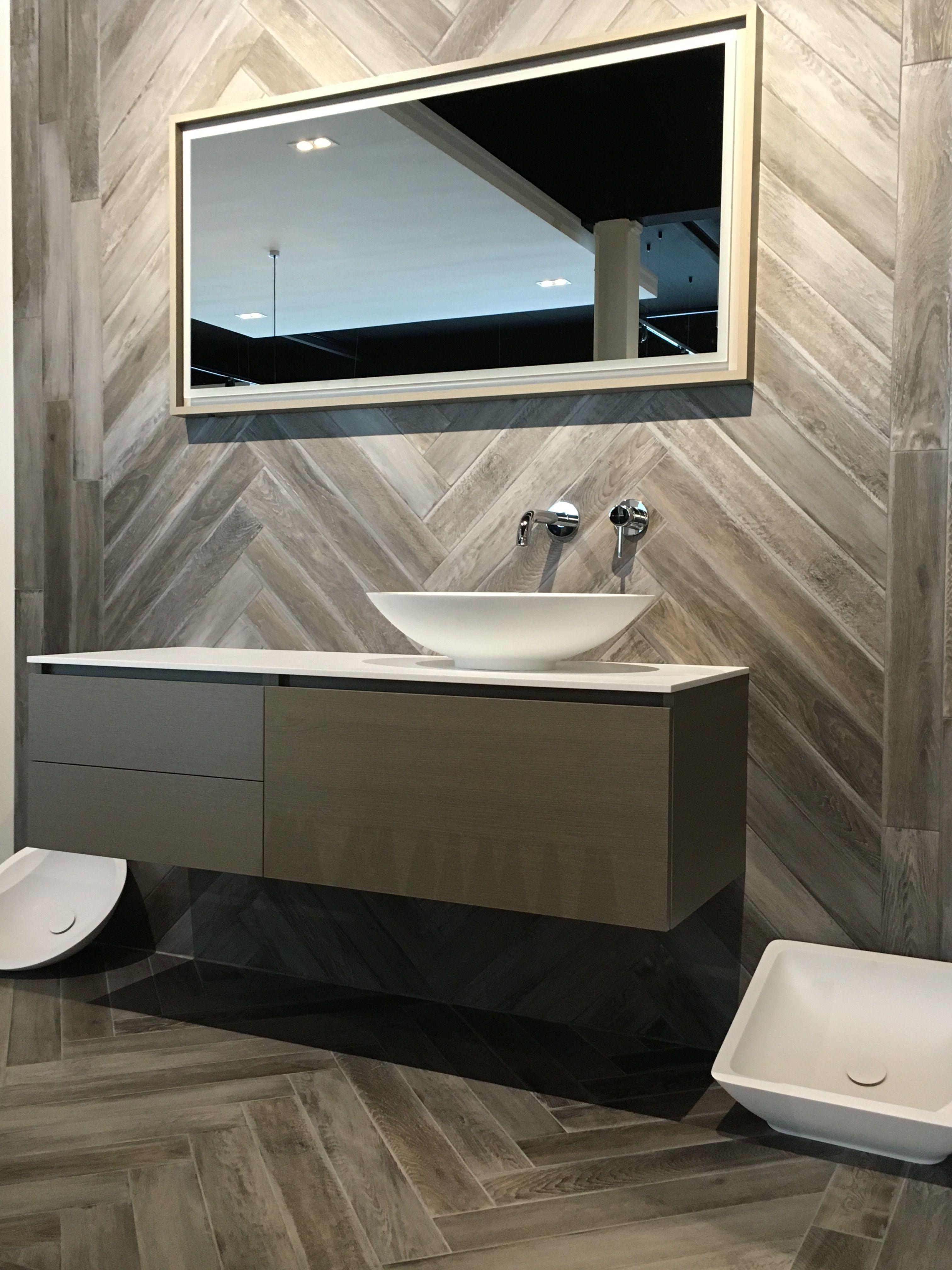 houtlook tegel in visgraat op wand en vloer in badkamer houtlook