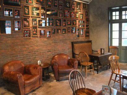 Café club anglais - fauteuils club + mur briques + chaises bois ...