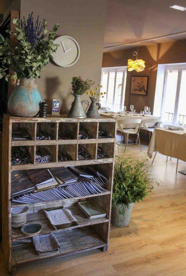 Preciosa #estantería antigua estilo #romántico para restaurante. Proyecto de Conely de decoración para Restaurante Alameda