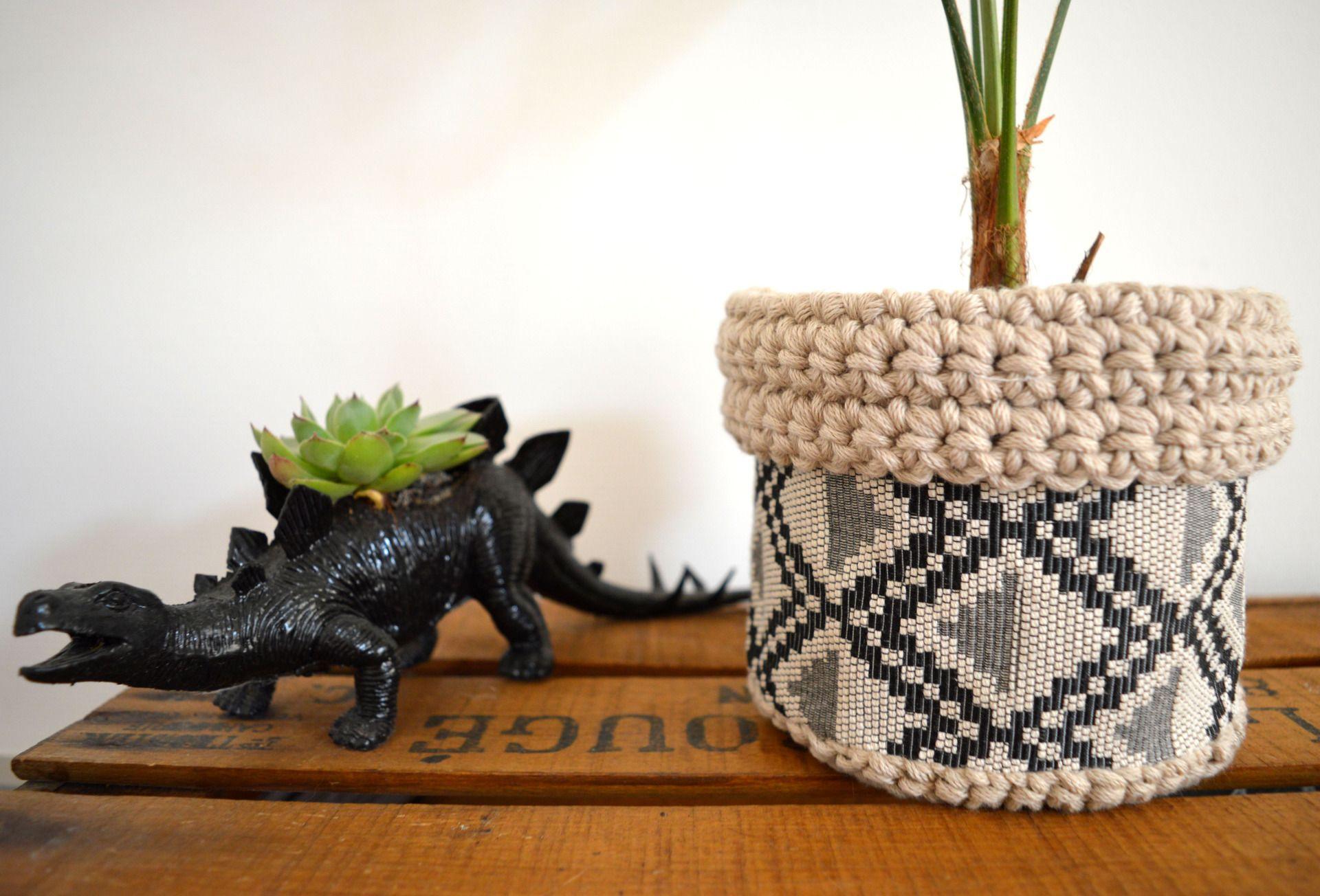 panier cache pot ethnique chic tissus et crochet accessoires de maison par deco nomade. Black Bedroom Furniture Sets. Home Design Ideas