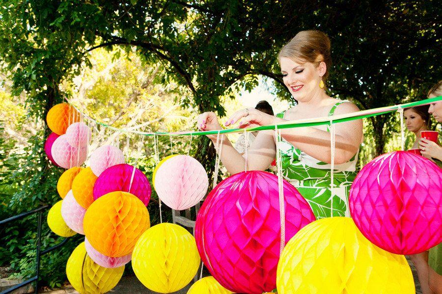 bright wedding reception decor DIY hot pink yellow | Bruiloft ...