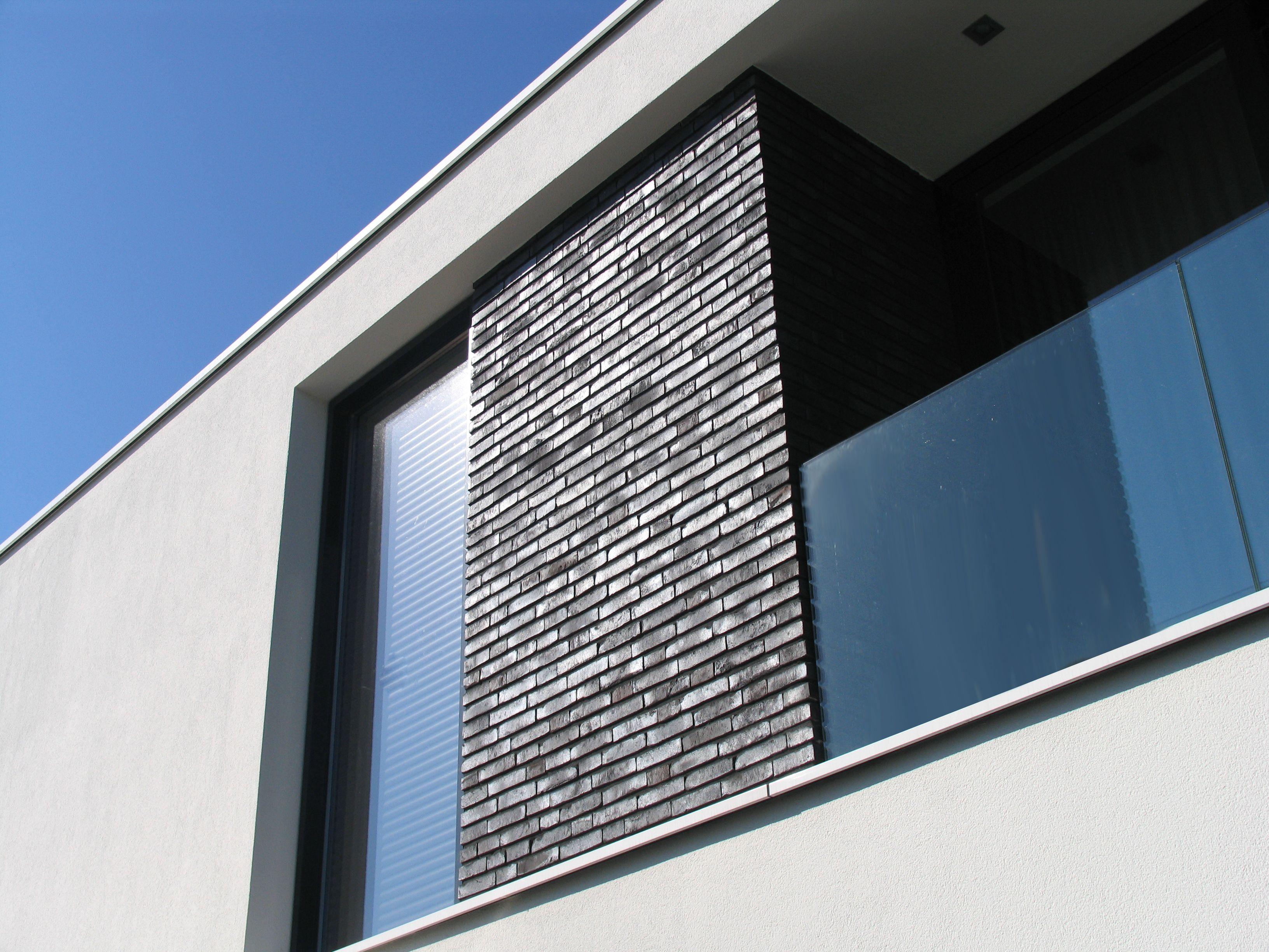 Modern minimalistische woning moderne villa in wit stucwerk met donkere metselwerk accenten - Moderne kleur huis ...