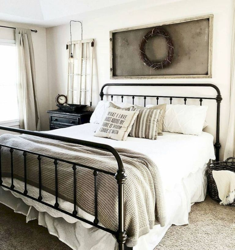 Modern Farmhouse Style Incorporates The Typical With The New Makes Any Room Very Comfy Discover Ideal Rustic Farmhouse Bedroom Style Ide Rumah Inspirasi Warna