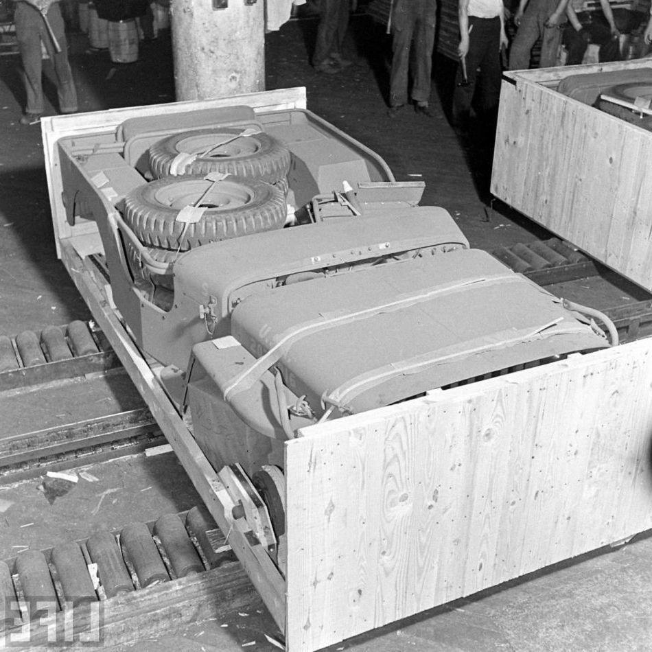 Un Jeep empaquetado, preparado para su traslado al frente.
