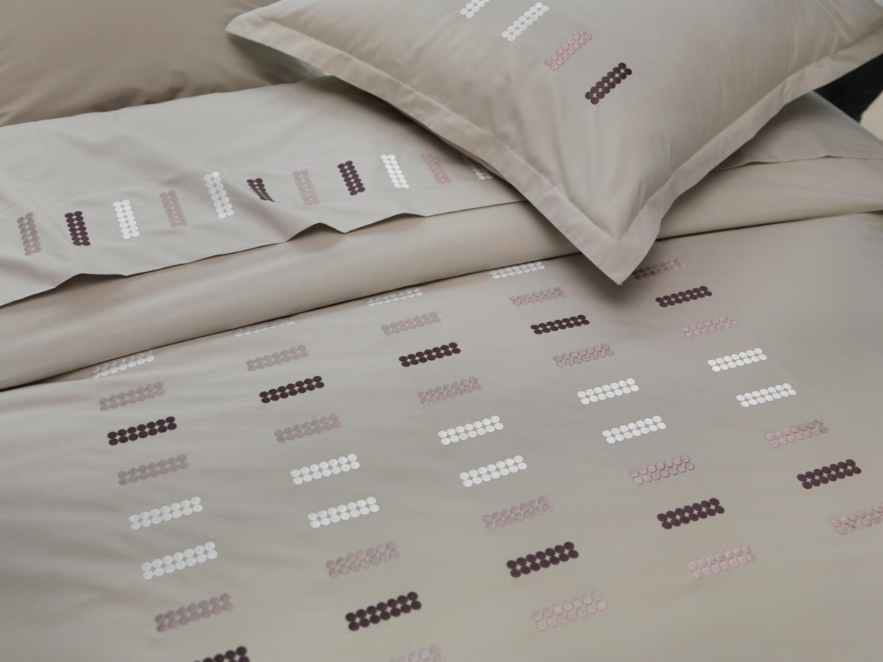 linge de lit housse de couette taupe en percale de coton brod e de qualit sup rieure 80. Black Bedroom Furniture Sets. Home Design Ideas