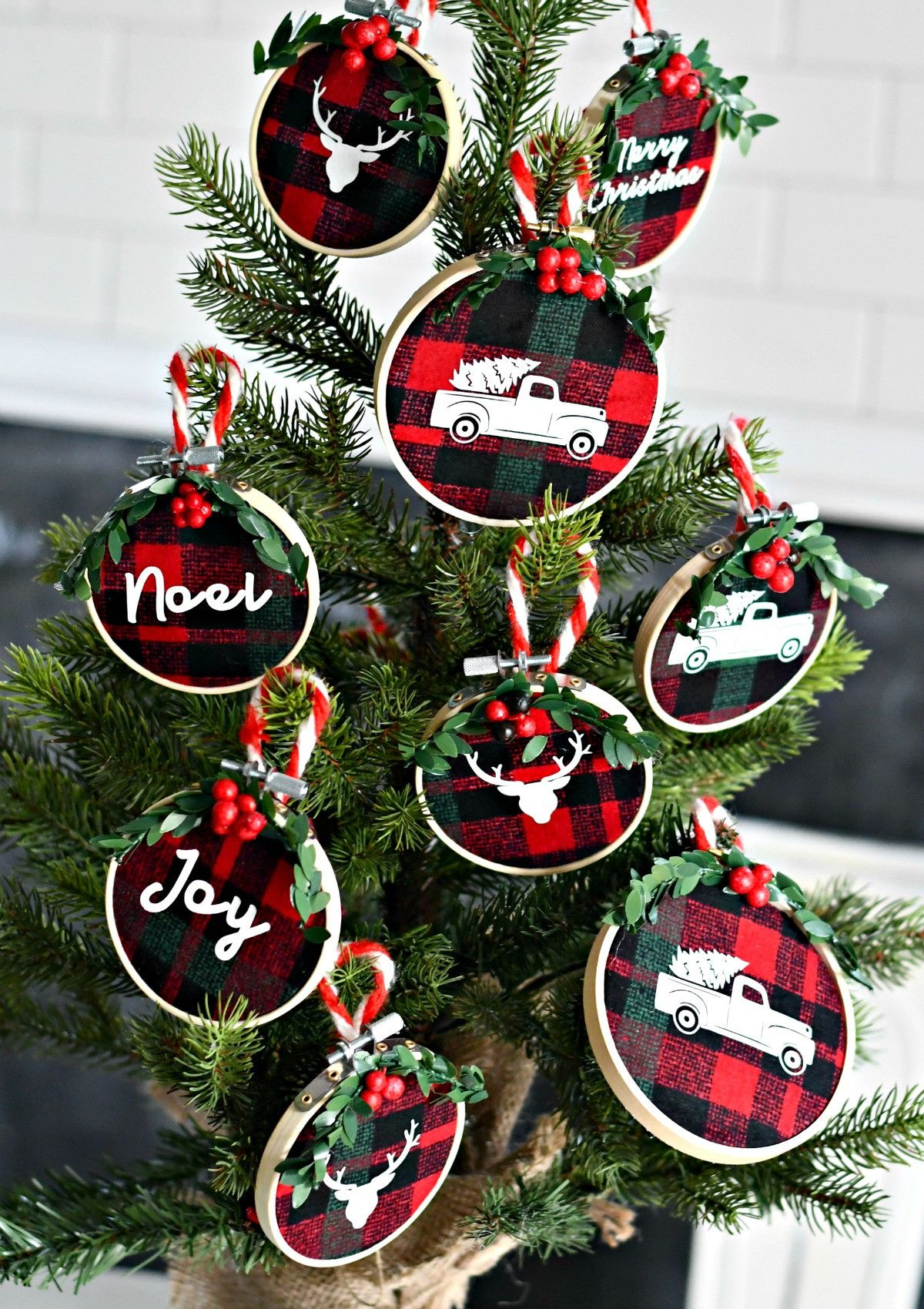 Diy Embroidery Hoop Christmas Ornaments A Small Tree Decorated With The Ornaments Christmas Ornaments Homemade Christmas Ornaments Diy Christmas Ornaments