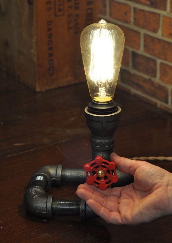 cobra est une lampe de bureau imagin e par tml studios la r cup ration de tuyaux de plomberie. Black Bedroom Furniture Sets. Home Design Ideas