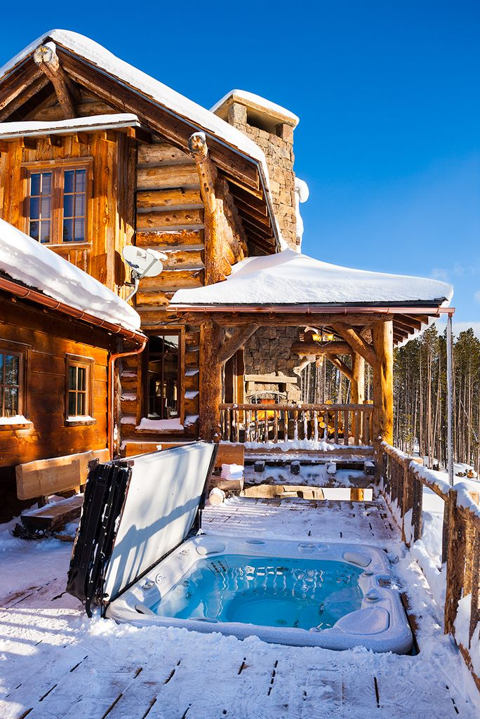 Hot tub in winter gallatin lodge 152 the yellowstone for Yellowstone log cabin hotel