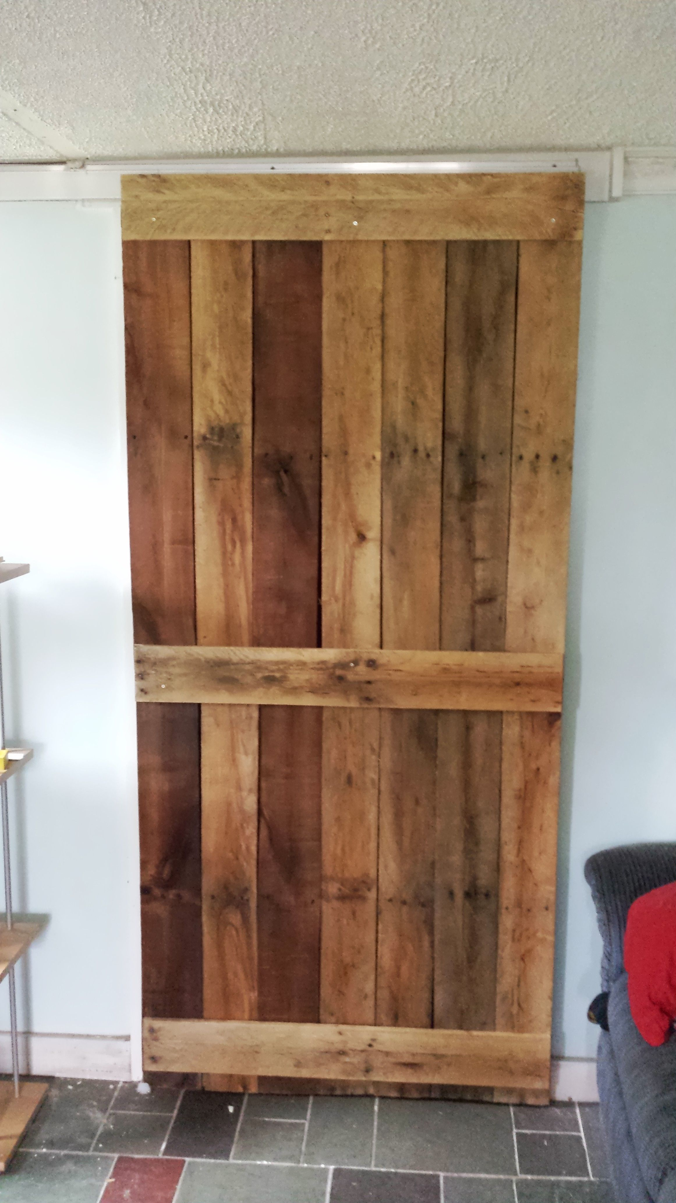 Pallet door on sliding track gonna make this pinterest for Muebles irureta