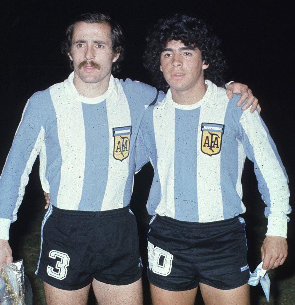 Jorge Carrascosa & Diego Maradona   Camisetas de fútbol, Piernas ...