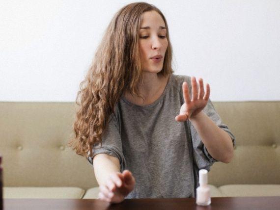 O mundo das blogueiras é cheio de dicas interessantes e nós compilamos as mais legais para você pintar as unhas sem bolinhas ou manchas