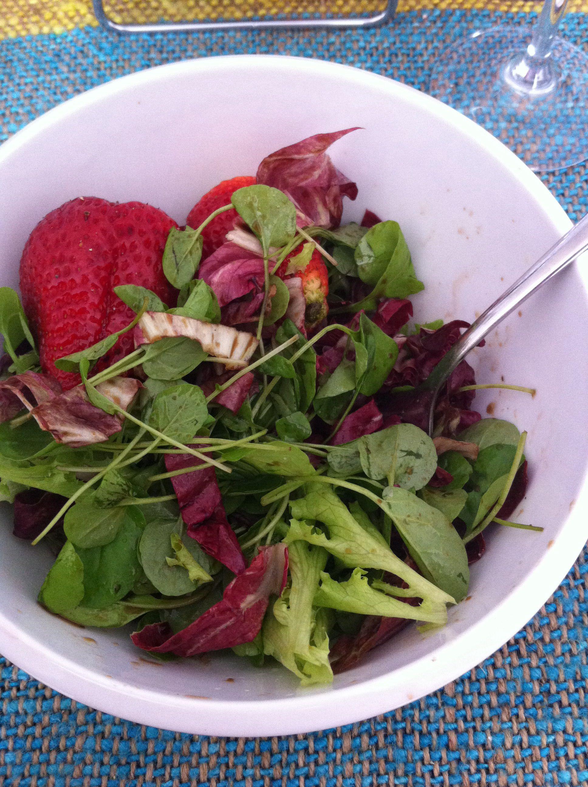 Baby leaf mix salad w strawberries