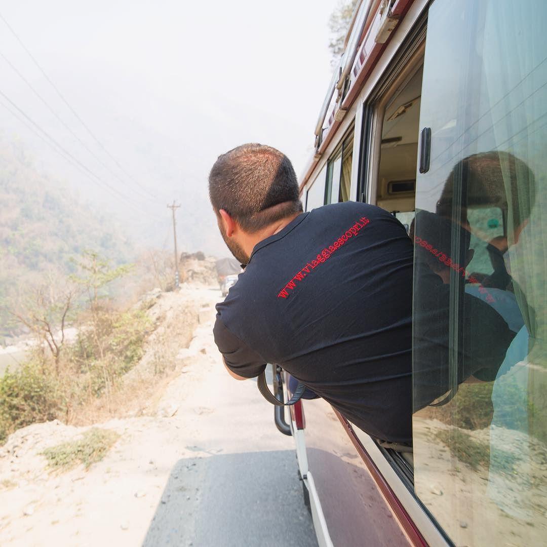 #Nepal... quanto tempo affacciato dal pulmino per cercare di immortalare le scene di vita quotidiana lungo le strade nepalesi. #nepalroutes Quanta polvere tra i denti e sole negli occhi ma ogni sacrificio ne è valsa la pena. Il Nepal non può essere raccontato se non lo vivi fino in fondo. www.nepalroutes.com #visitnepal  Abbigliamento personalizzato by @arsunica2016  Photo Credit @alessiosanavio