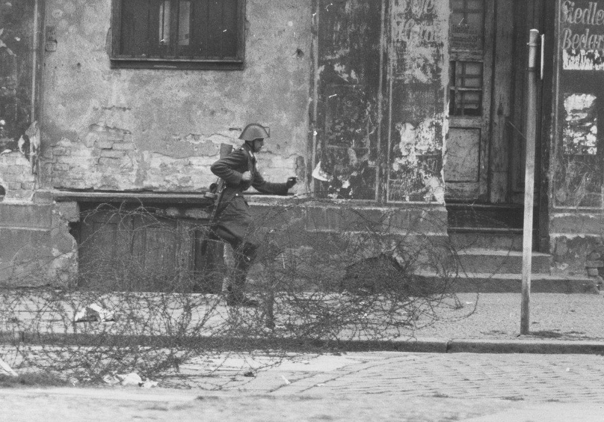 Sprung In Die Freiheit Bernauer Strasse 15 August 1961 Der Ddr Grenzpolizist Conrad Schumann Nimmt Anla German History Rare Historical Photos East Germany