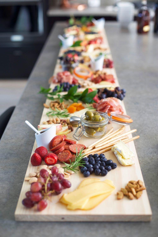 Love this idea for a party! #appetizers #easyfoodrecipes #voeding #voorgerechten #makkelijkerecepten #etenrecepten #cuisine #recetas #partyfood #hapjes #kooktips #charcuterieboard