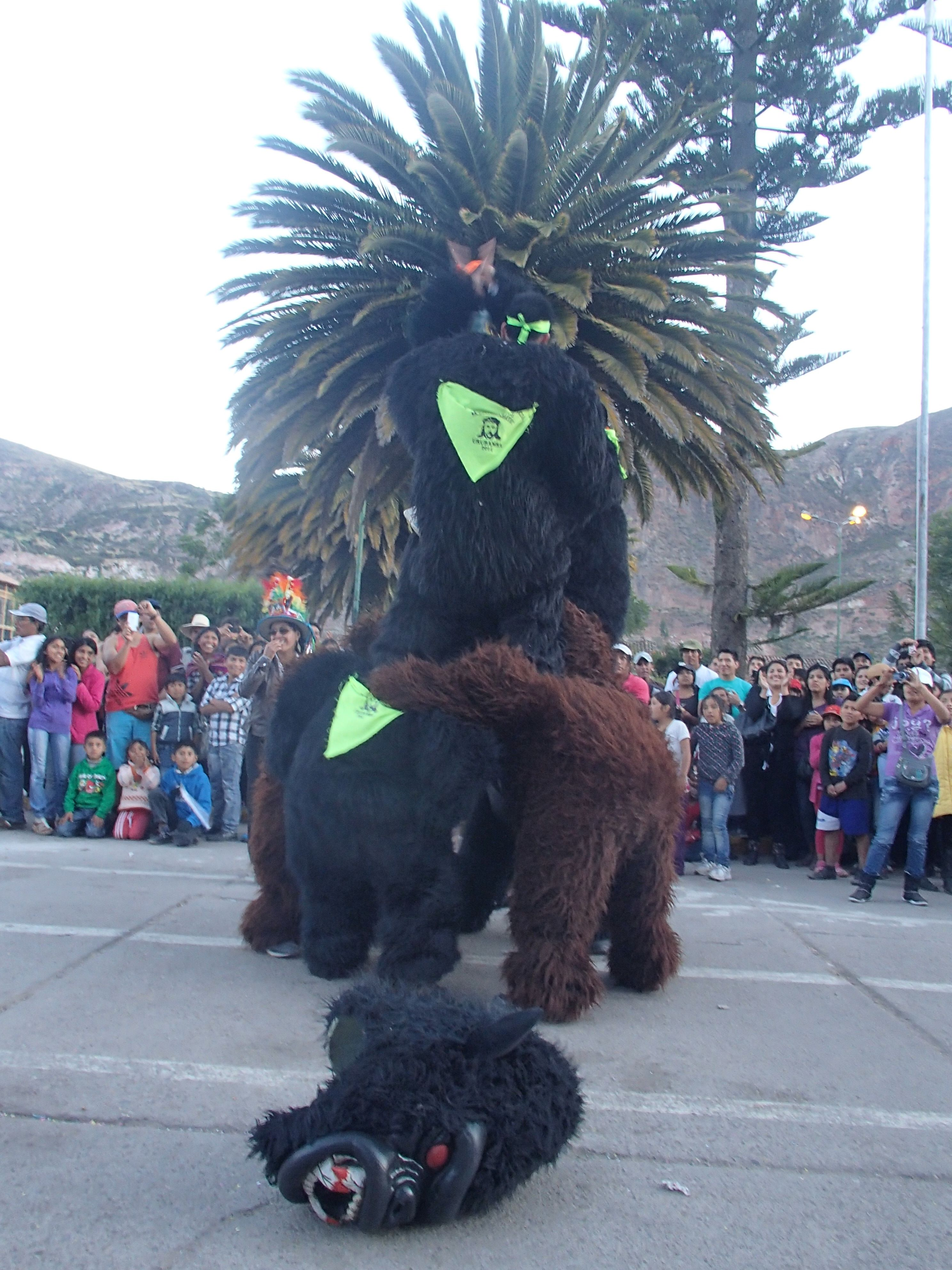 Esta foto es un festival grande en Urubamba, Perú donde