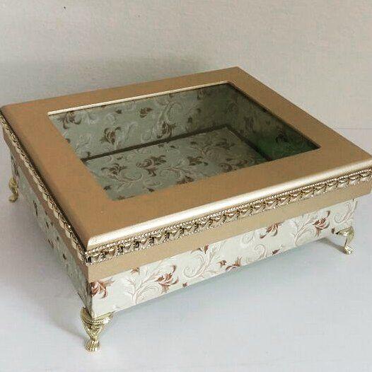 ab1db2f4161 Caixa para decoração. Com tampa de vidro e forração em tecido. Tudo de  elegante