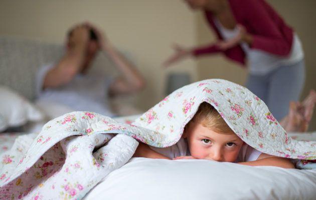 Pitääkö aikuisten riitoja ja kodin kireää tunnelmaa peitellä lapsilta? Avointa riitelyä kannattaa välttää, neuvoo lastenpsykiatri Raisa Cacciatore.