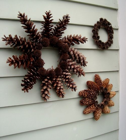 Photo of diy: nature wreaths. Glue the cones on the cardboard ring.