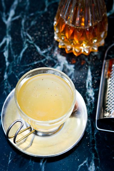 Para esquentar, um drinque quente com cachaça: santo grog