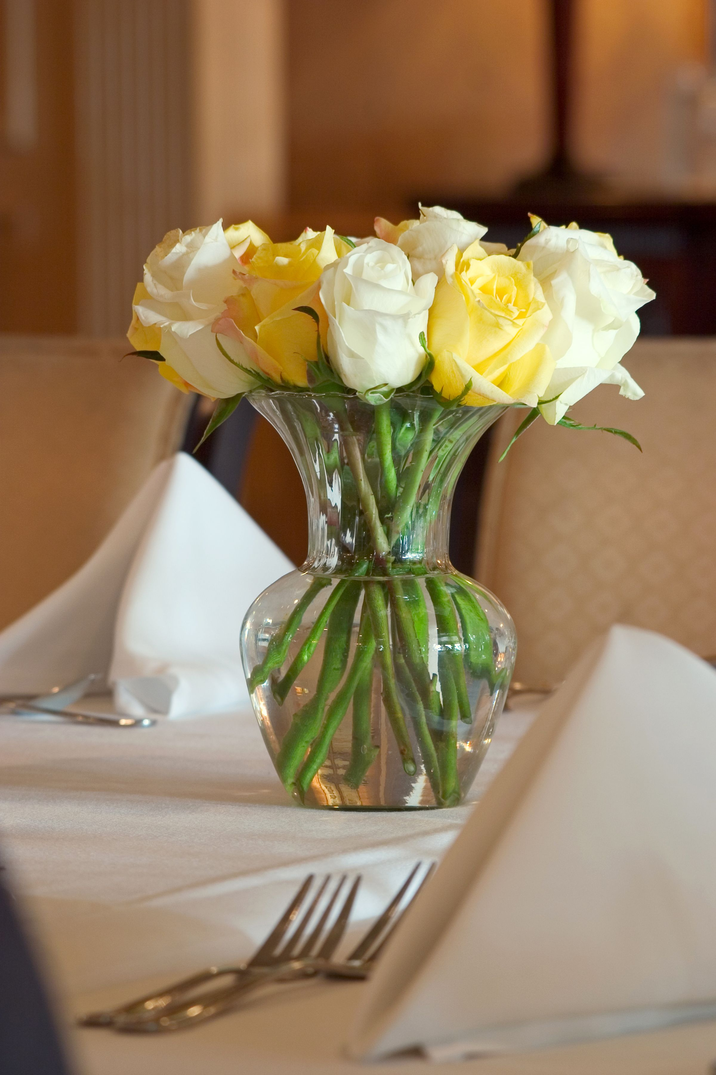 I Dont Like Roses But This Works Yellow And White Rose Table