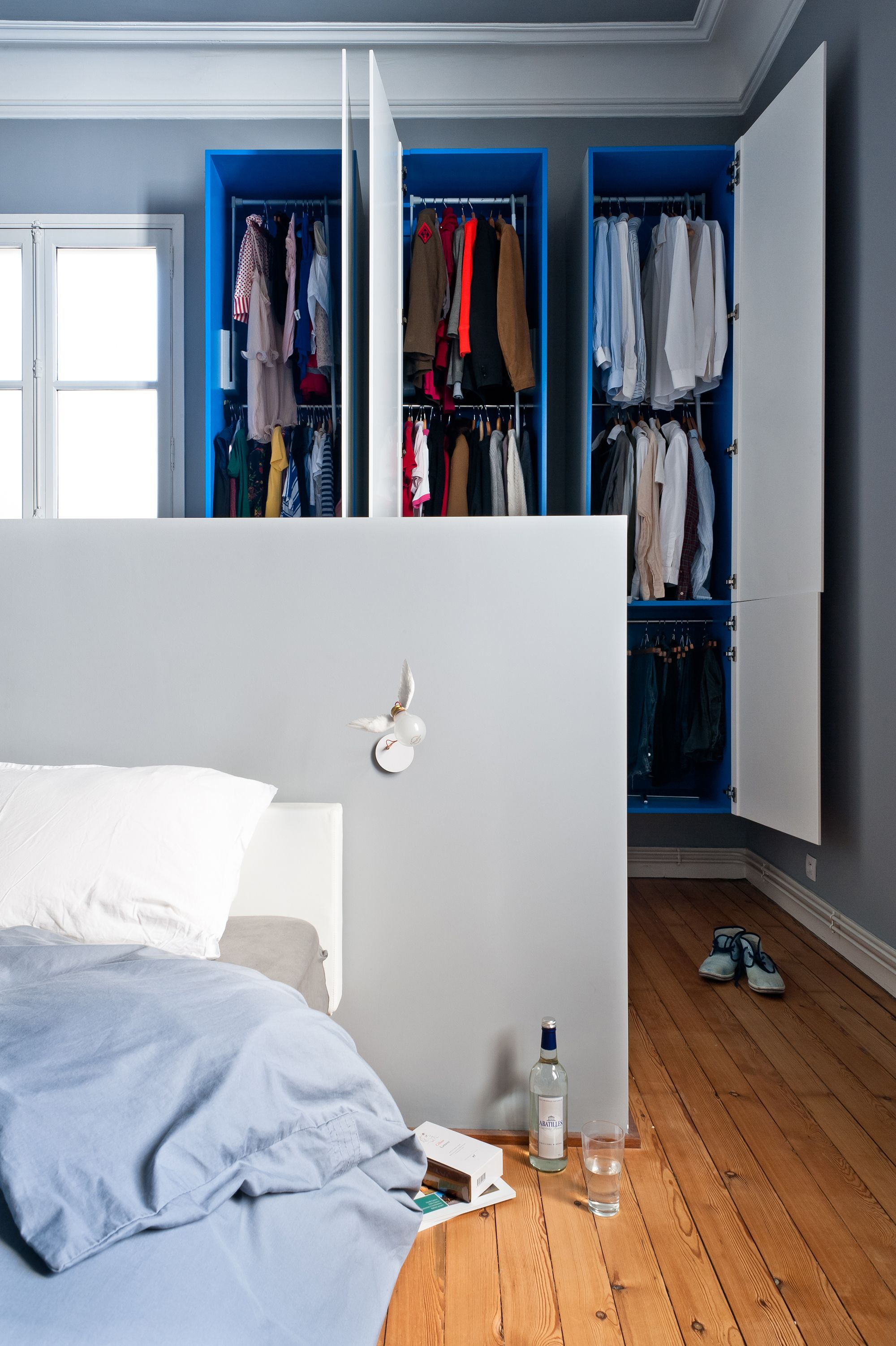 dressing dans chambre bleue et blanche avec ornements. Black Bedroom Furniture Sets. Home Design Ideas