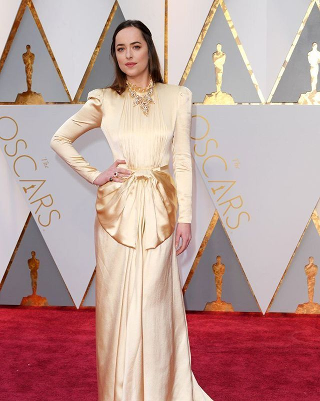 cool Dakota Johnson incríveeeeel em Gucci. #Oscars2017  via ELLE PORTUGAL MAGAZINE OFFICIAL INSTAGRAM - ... Haute couture Check more at http://pinfashion.top/pin/66791/