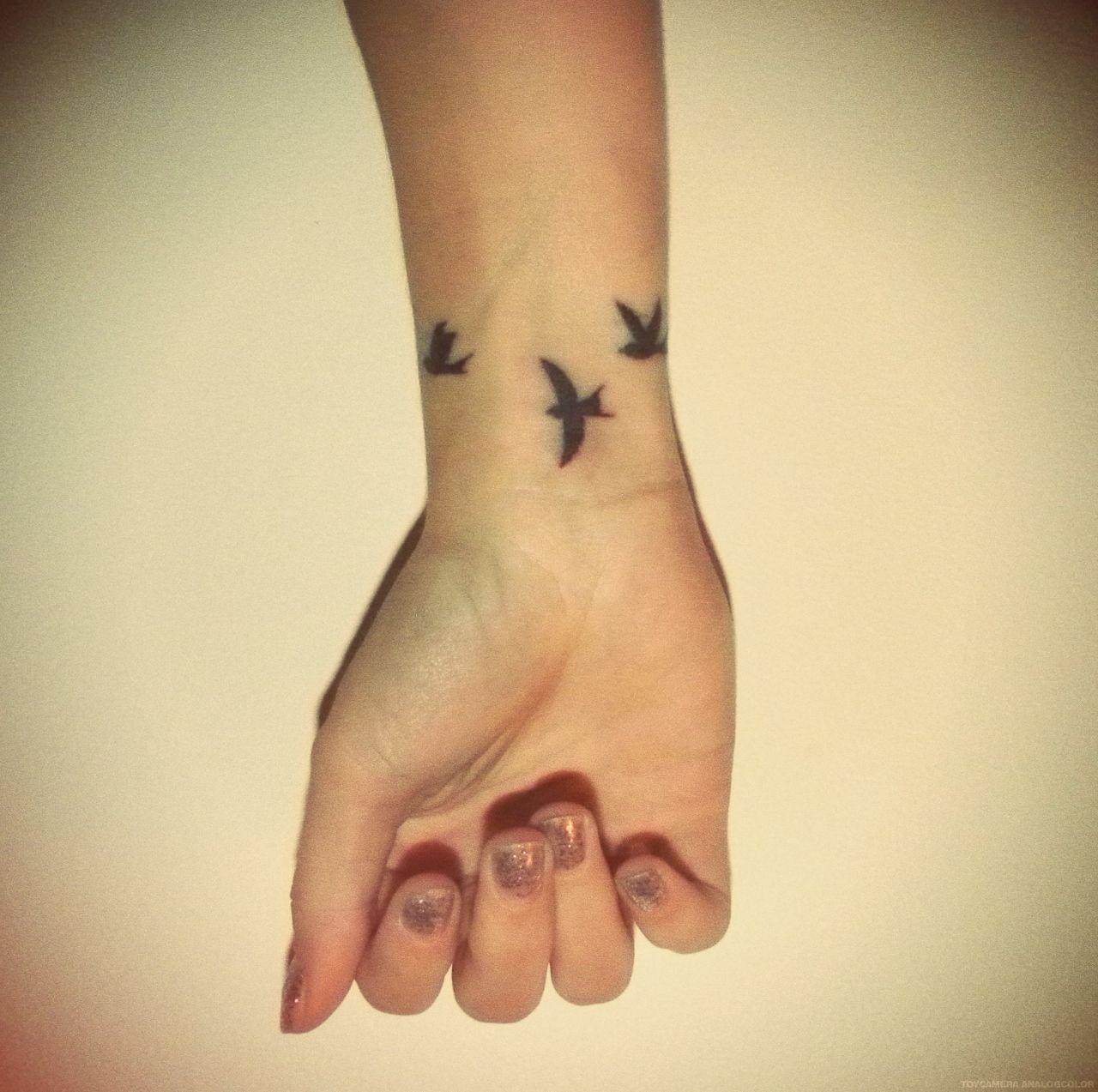 Tatouage 3 Hirondelles Sur Le Poignet Hirondelles Tattoos Et