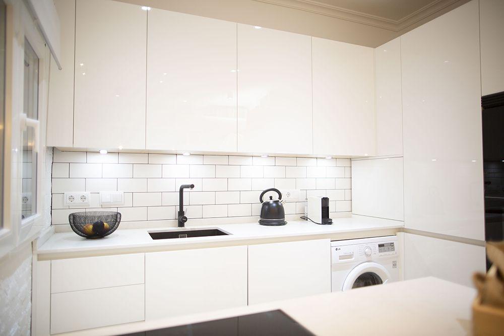 Cocina Moderna Blanca En Alto Brillo Con Peninsula Y Muebles Especiales Disenodecocinas Madrid Cocinas Blancas Modernas Cocinas Modernas Muebles