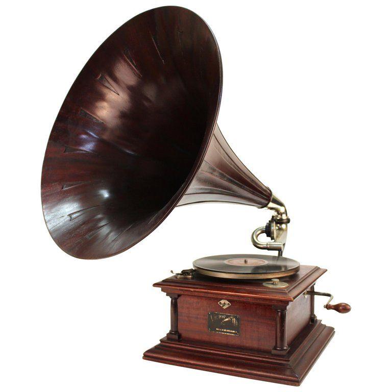 Il appartenait à la Gramophone Company, qui la doté de sa marque légendaire.